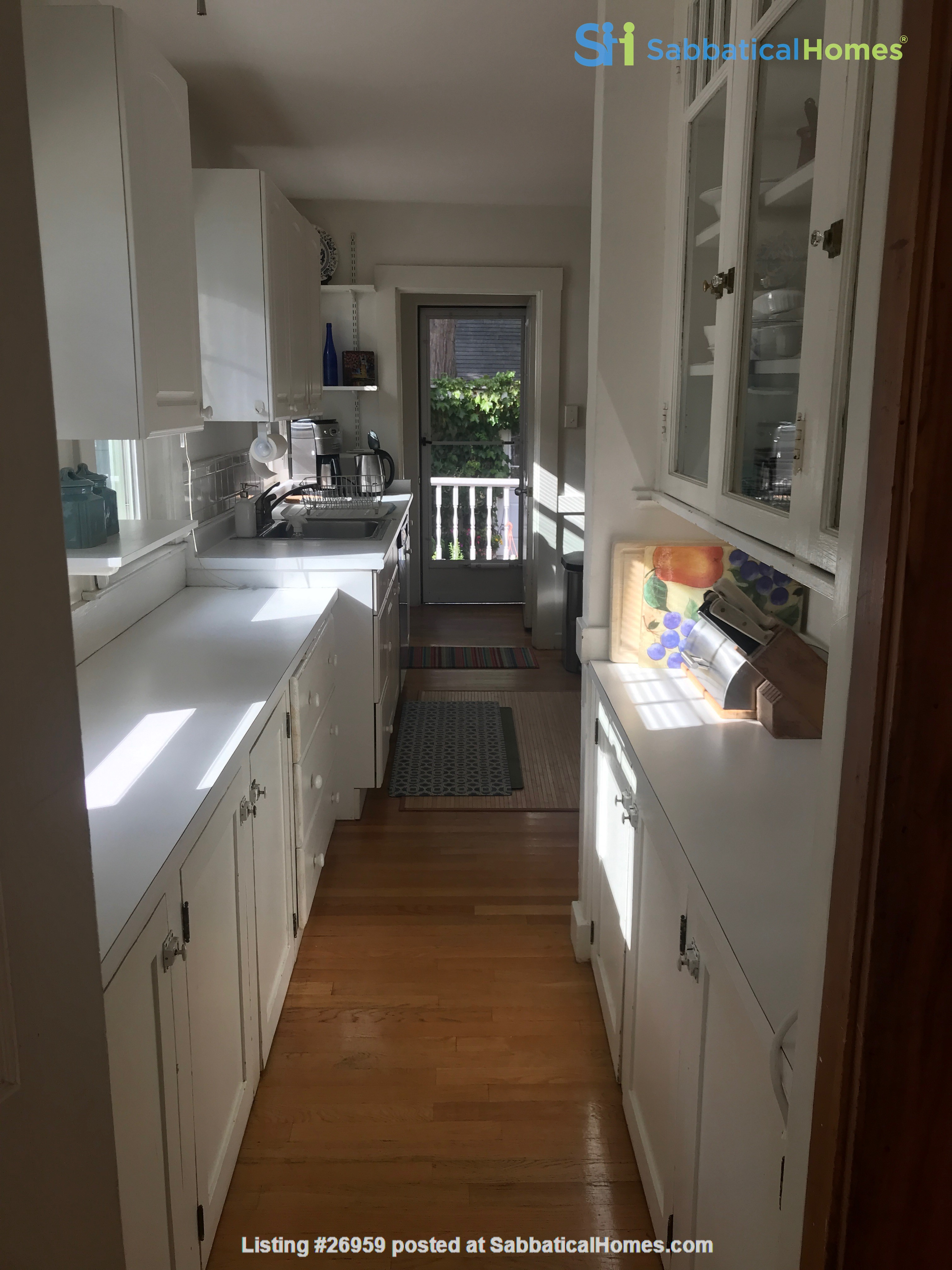 Furnished, Sunny, 2-bdrm apt 2.5 miles to Hrvd Sq., quiet safe neighborhood Home Rental in Belmont, Massachusetts, United States 6