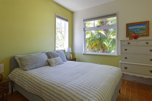 TROPICAL MODERN BUNGALOW- Oakland house near shops and hiking trails Home Rental in Oakland 7 - thumbnail