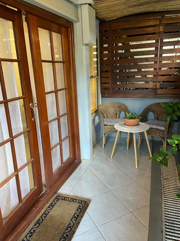 Traditional 'Queenslander' apartment central to Brisbane Home Rental in Highgate Hill 3 - thumbnail