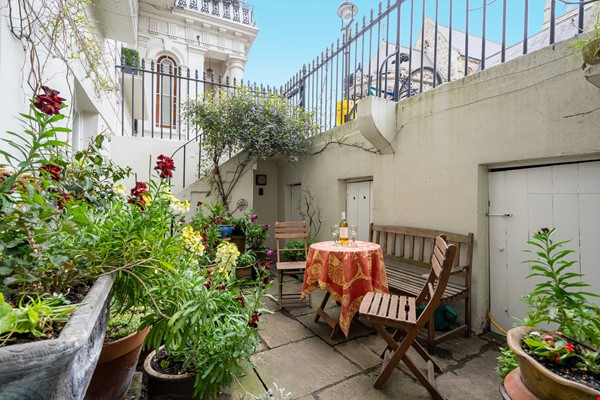 Notting Hill  Garden Flat- Antiques, Books , Textiles & Characterful Home Rental in  0 - thumbnail