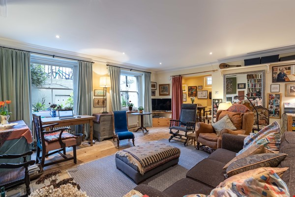 Notting Hill  Garden Flat- Antiques, Books , Textiles & Characterful Home Rental in  1 - thumbnail