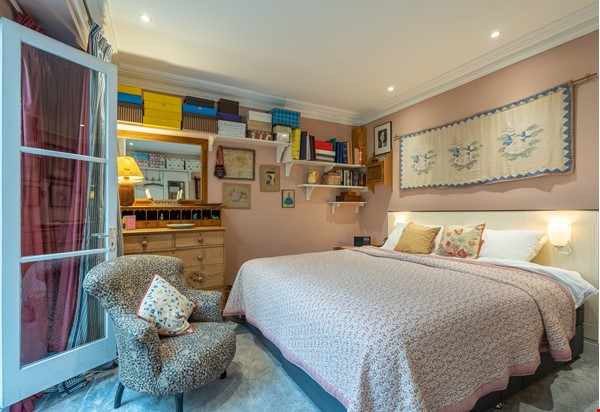 Notting Hill  Garden Flat- Antiques, Books , Textiles & Characterful Home Rental in  7 - thumbnail