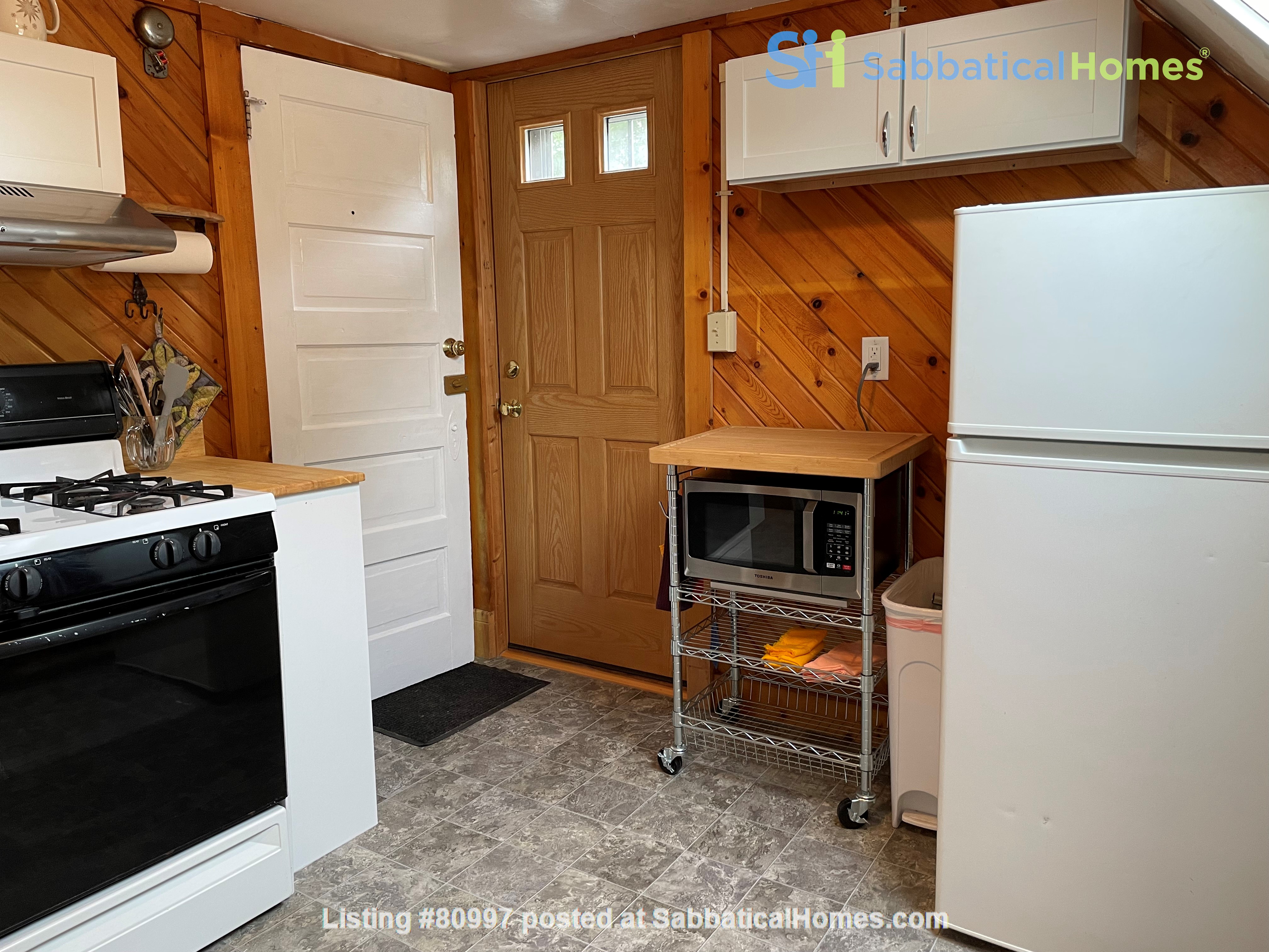 The Tree House. Third floor 1 bedroom, near east side walk-up Home Rental in Madison, Wisconsin, United States 8