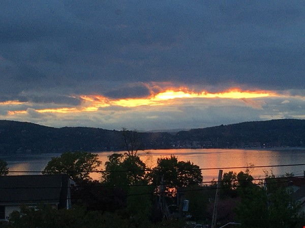 Deck with river view in Tarrytown plus express train to Manhattan Home Rental in Tarrytown 9 - thumbnail