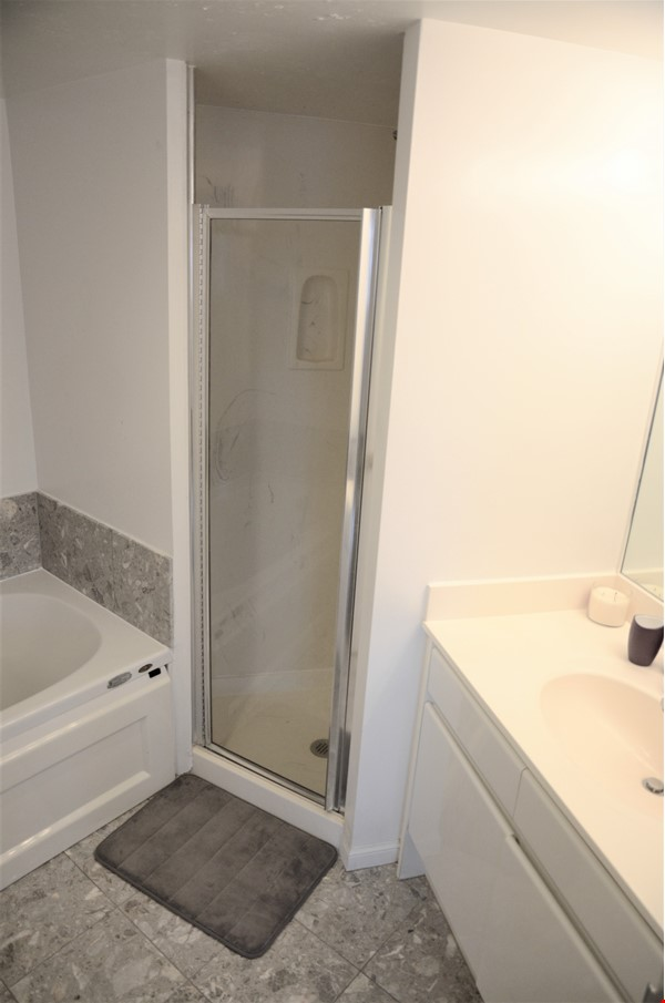 2 bdrm, 2 bthrm furnished condo in the heart of downtown Toronto Home Rental in Toronto 8 - thumbnail