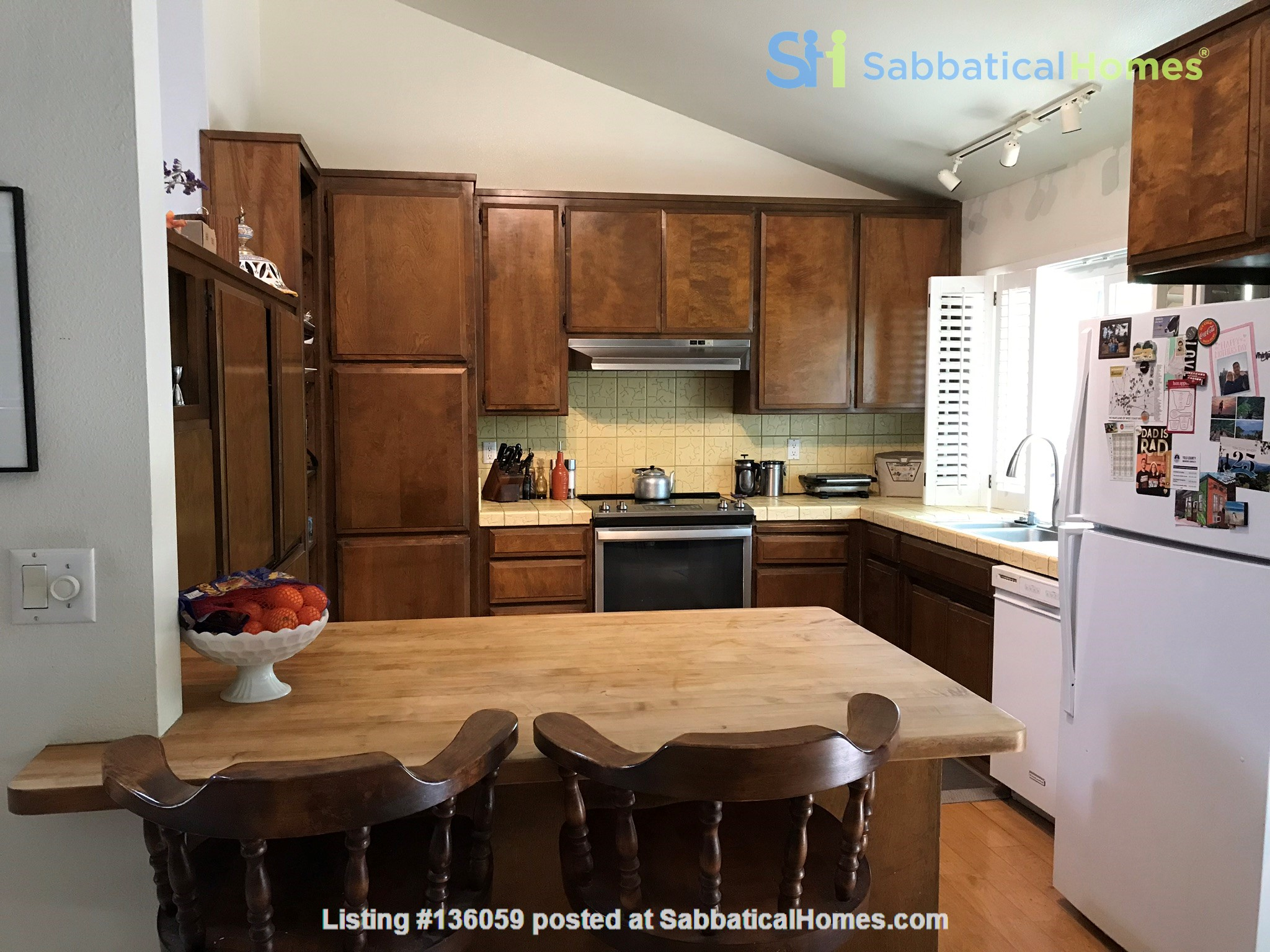 Unique 1 Br/2 Ba plus Den/Guest Rm With Wrap Around Yard - Fully Furnished Home Rental in Davis, California, United States 3