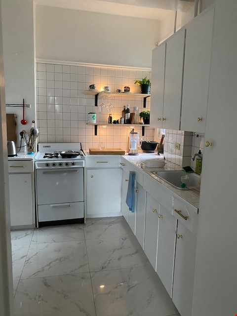 Beautiful Character Apartment in South Granville/Kitsilano Home Rental in Vancouver 2 - thumbnail