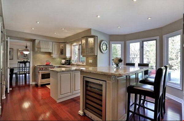 3 bedroom stunning house with pool Home Rental in Oakville 6 - thumbnail