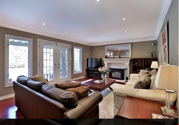 3 bedroom stunning house with pool Home Rental in Oakville 8 - thumbnail