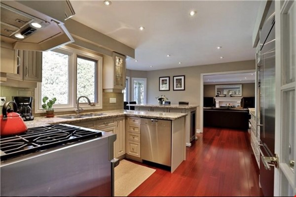 3 bedroom stunning house with pool Home Rental in Oakville 9 - thumbnail