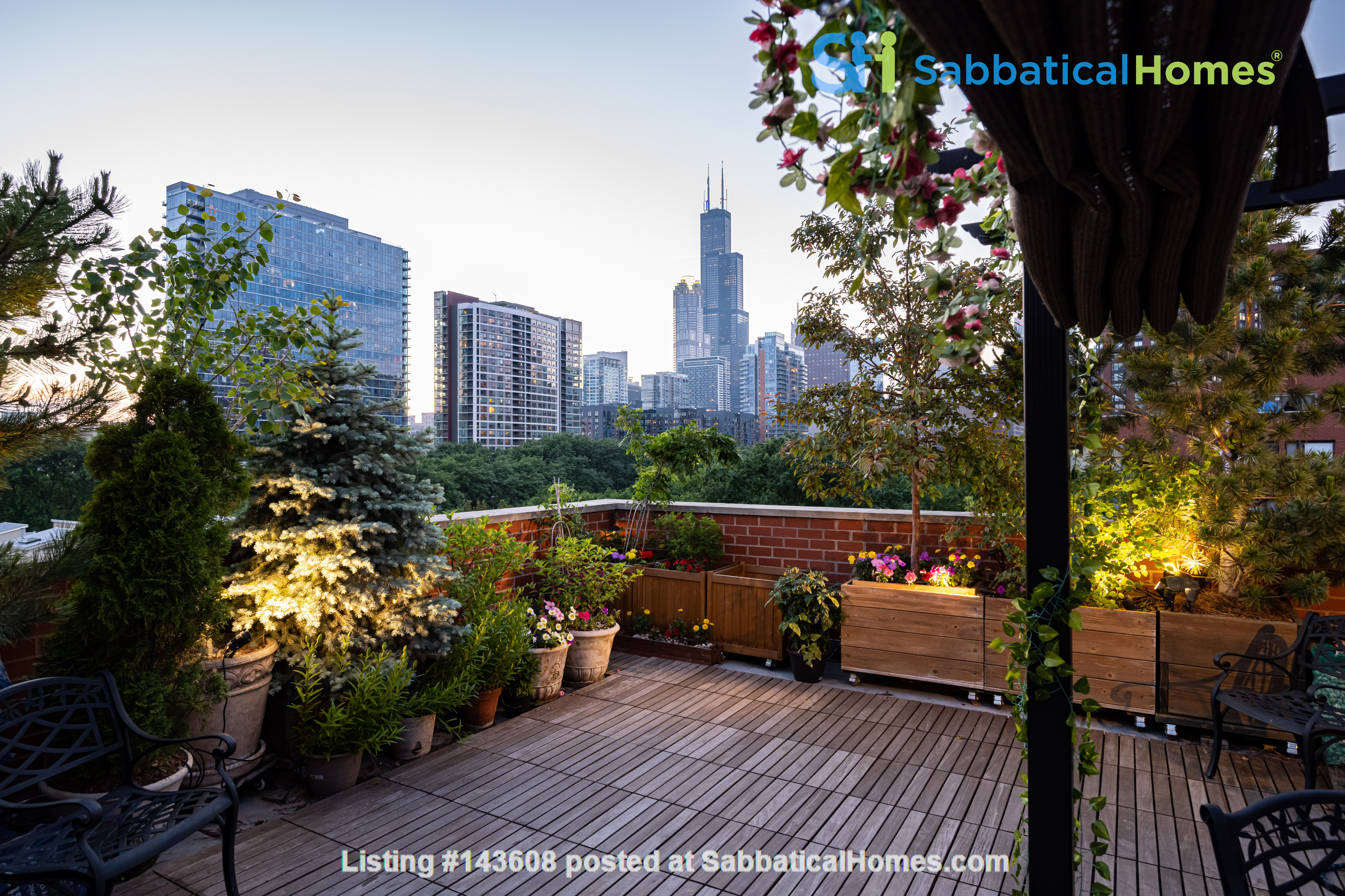Furnished unit, top floor, gorgeous views. Near Grant Park, lake, museums. Home Rental in Chicago, Illinois, United States 4