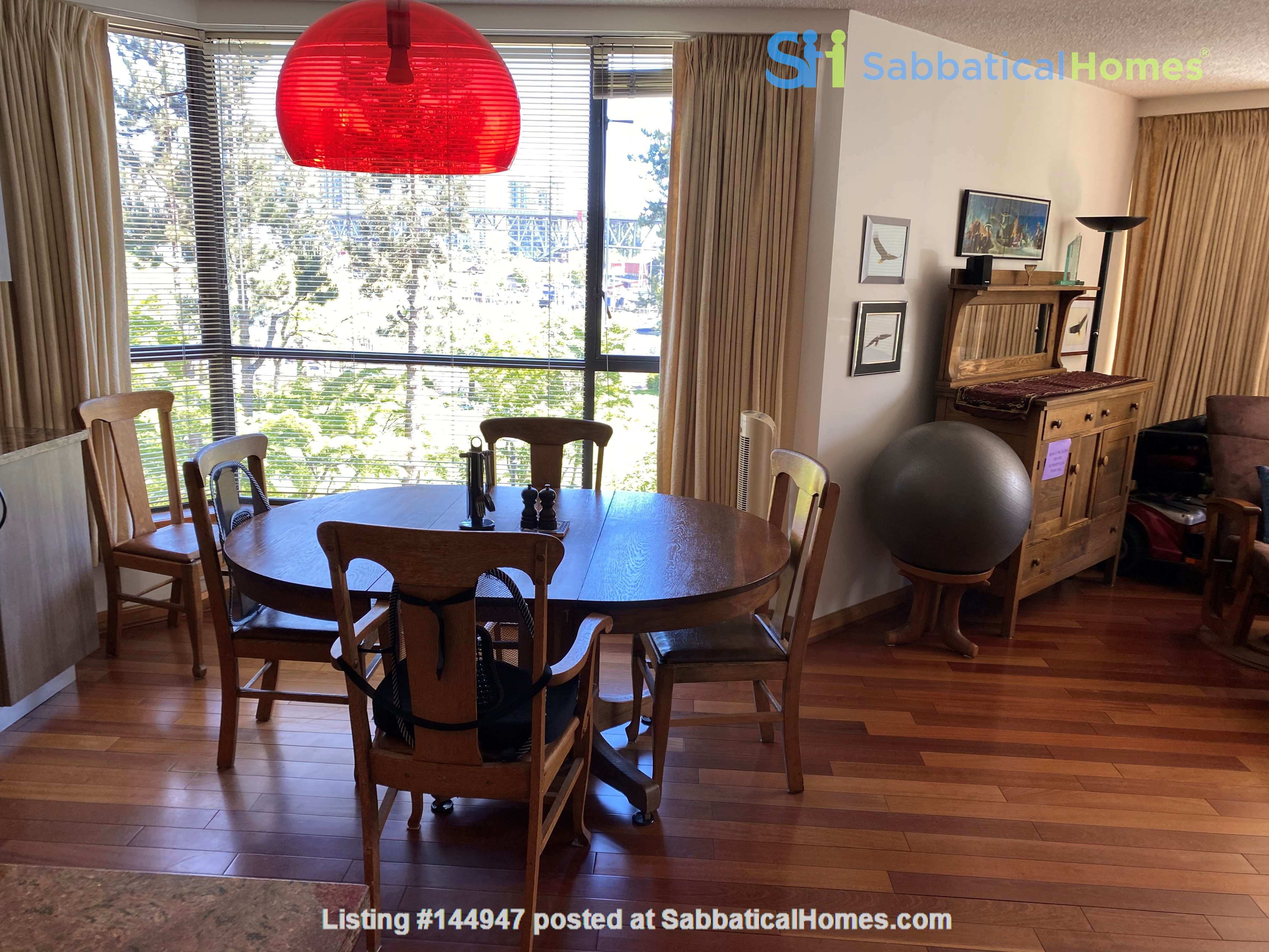 Perfectly convenient to downtown, without the noise! Home Rental in Vancouver, British Columbia, Canada 2