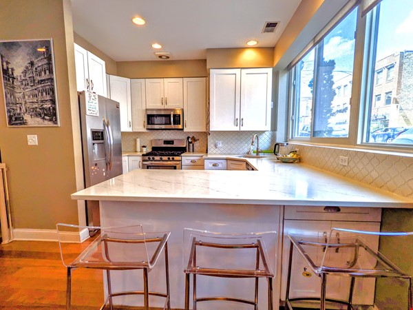 Spacious, fully furnished 3 bd/2.5 ba townhome in Lincoln Park Home Rental in Chicago 3 - thumbnail