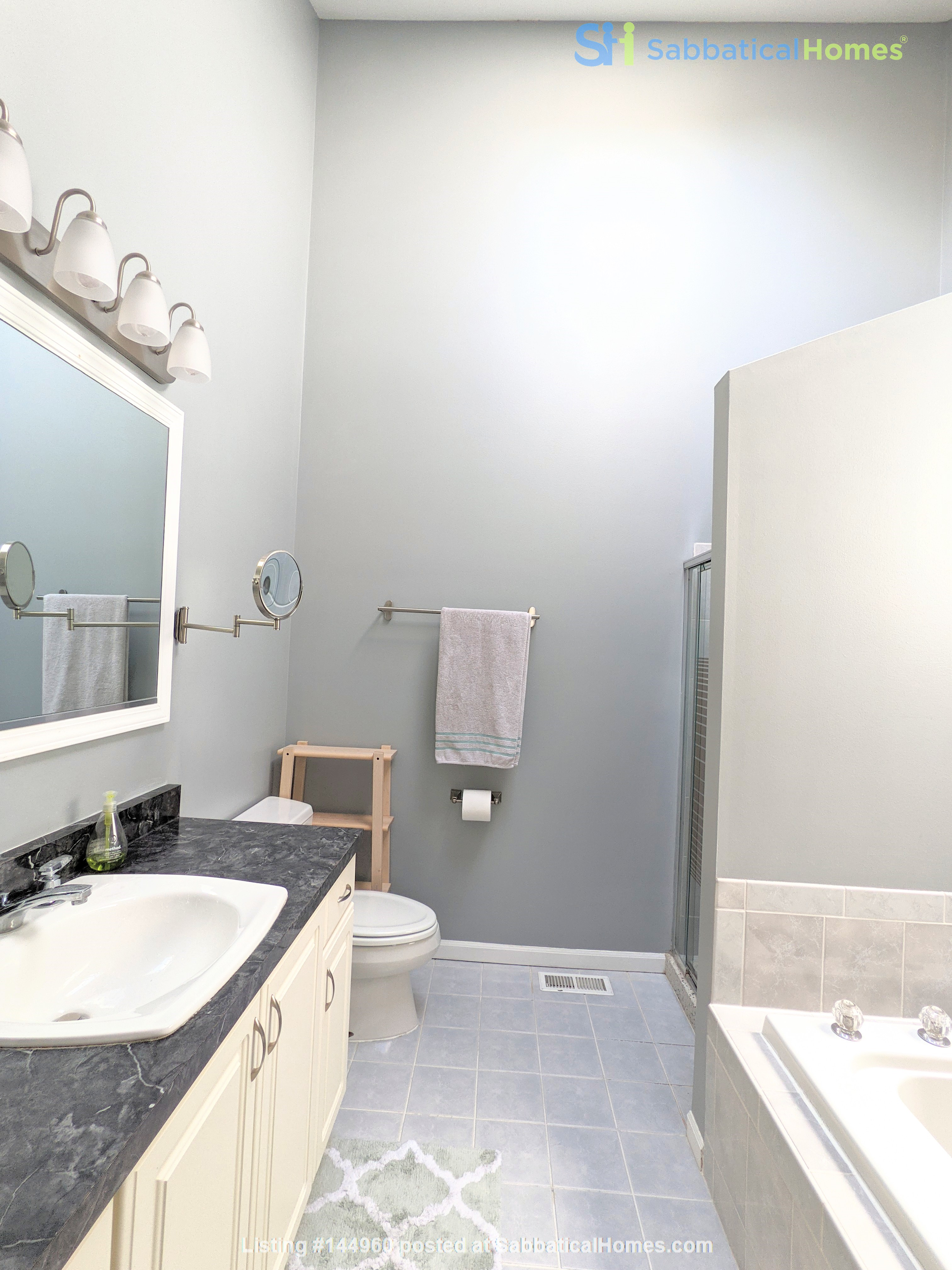 Spacious, fully furnished 3 bd/2.5 ba townhome in Lincoln Park Home Rental in Chicago, Illinois, United States 5