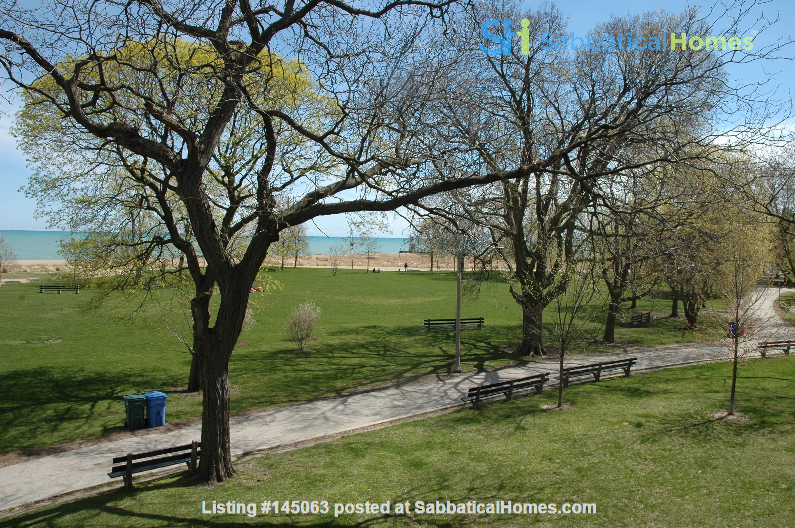 Sunny Lakefront Condo near Loyola and Northwestern Home Rental in Chicago, Illinois, United States 7