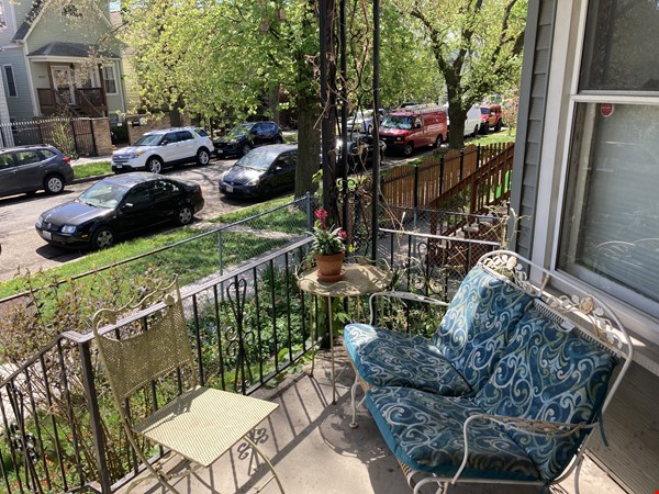 2 BR apartment in charming, vintage two-flat near Horner Park Home Rental in Chicago 7 - thumbnail