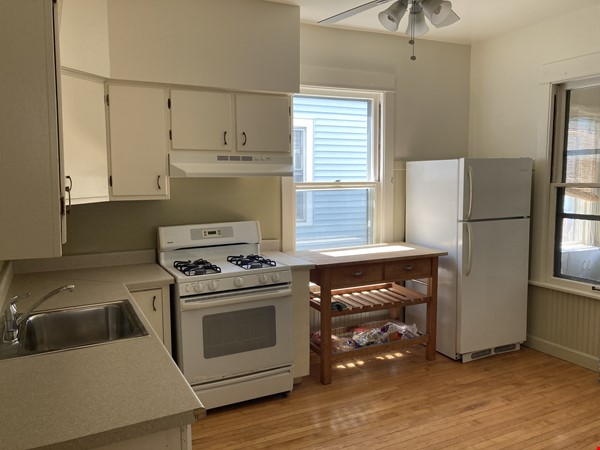 2 BR apartment in charming, vintage two-flat near Horner Park Home Rental in Chicago 4 - thumbnail