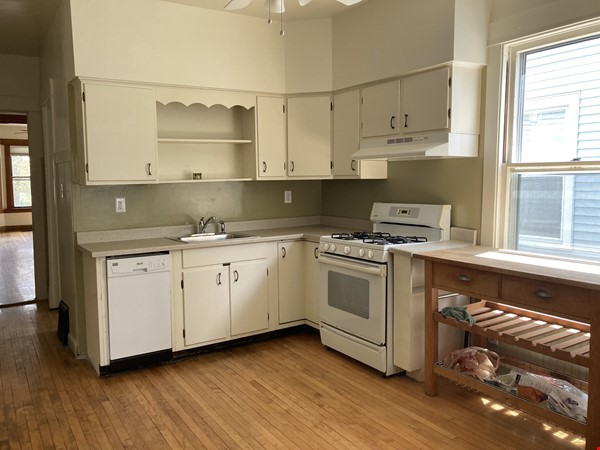 2 BR apartment in charming, vintage two-flat near Horner Park Home Rental in Chicago 2 - thumbnail