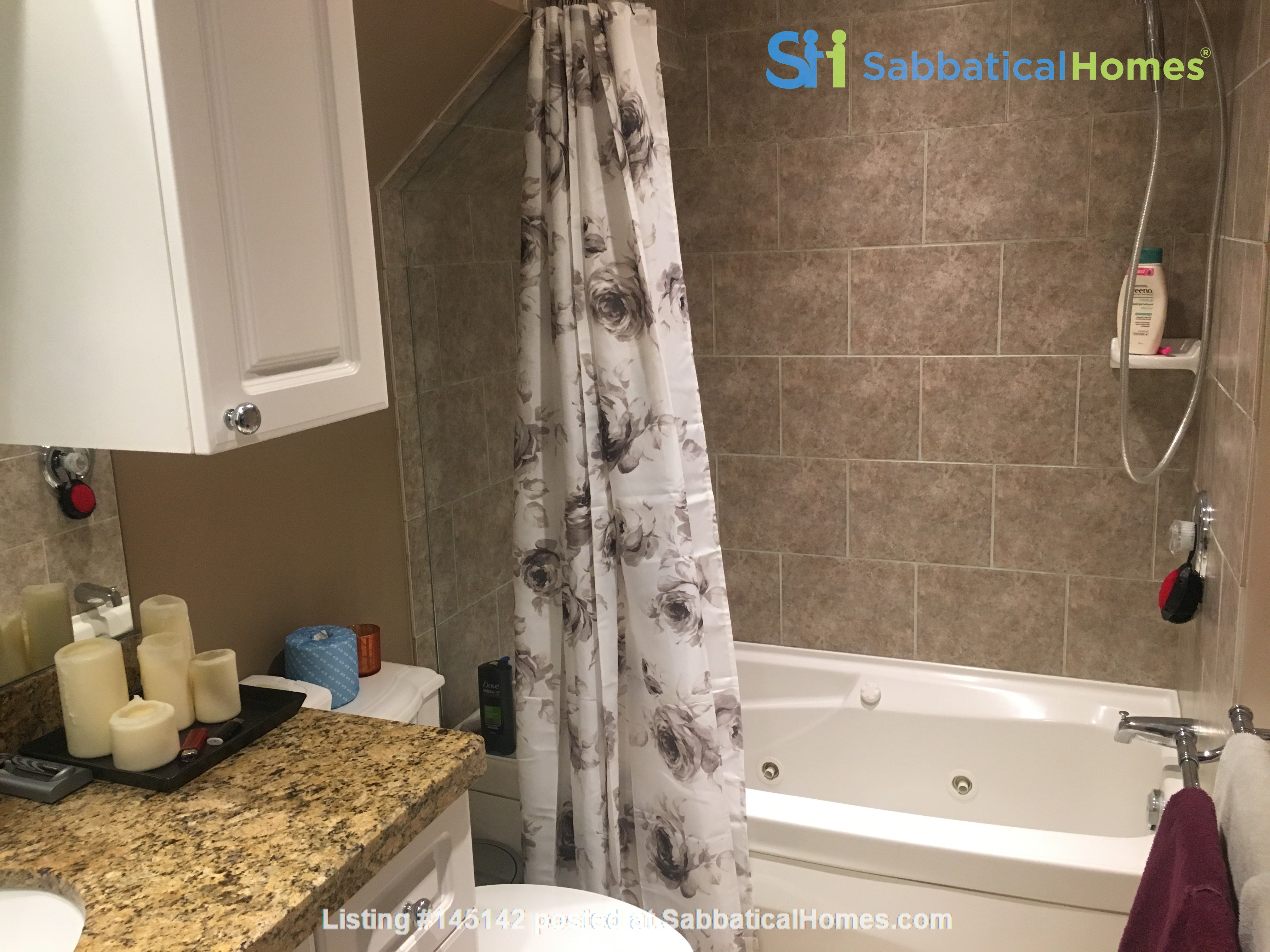 Family friendly townhome with parking in central Toronto Home Rental in Toronto, Ontario, Canada 7