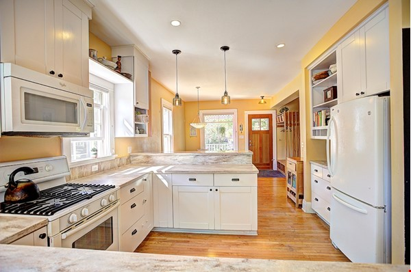 Adorable home near parks, lakes and restauraunts Home Rental in Minneapolis 3 - thumbnail