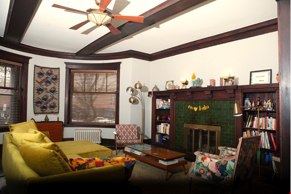 Family-ready 3bed/2bath with front porch & back garden a walk from the lake Home Rental in Chicago 2 - thumbnail