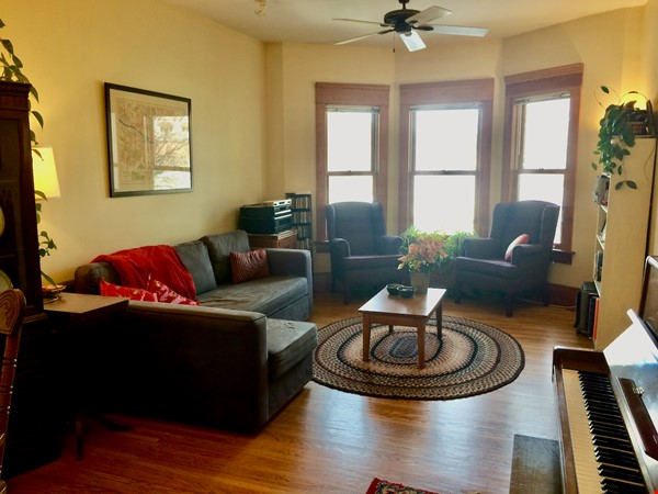 Beautiful historic home in sought after Calgary neighbourhood Home Rental in Calgary 1 - thumbnail