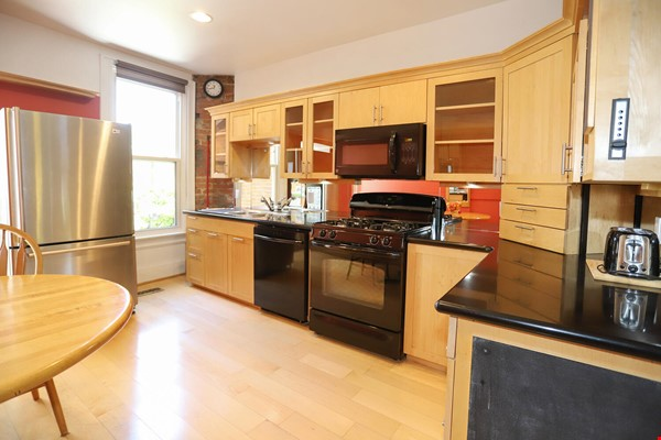 Large House Well-Situated Downtown for Study, Work and Family Adventures Home Rental in Toronto 4 - thumbnail