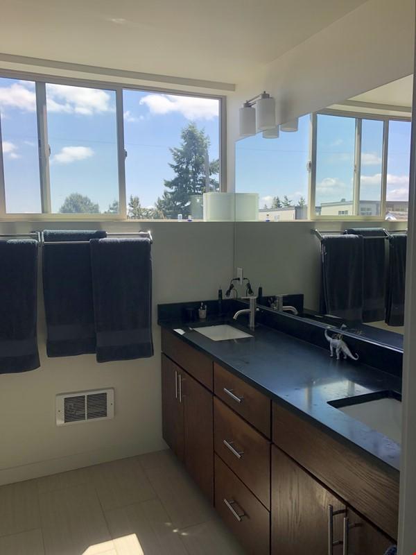 Sunny, modern townhouse-- best neighborhood in Seattle! Home Rental in Seattle 7 - thumbnail