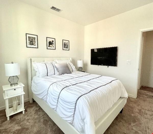 Cozy Downtown Sacramento Townhome Home Rental in Sacramento 4 - thumbnail