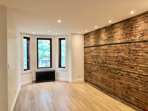 Luxurious NYC-style exposed red brick upper duplex 2brm & 2bth (~1200sf)! Home Rental in Montréal 0 - thumbnail