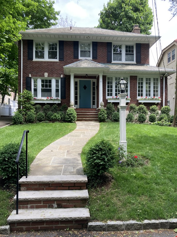 Charming 8 room Georgian-style house with garden 35 min from midtown NYC Home Rental in New Rochelle 0 - thumbnail