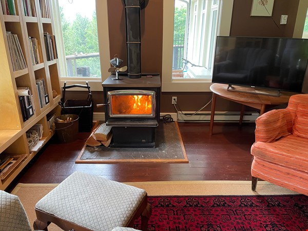 Beautiful private Bowen Island home on 5 acres with studio space and pool Home Rental in Bowen Island 5 - thumbnail