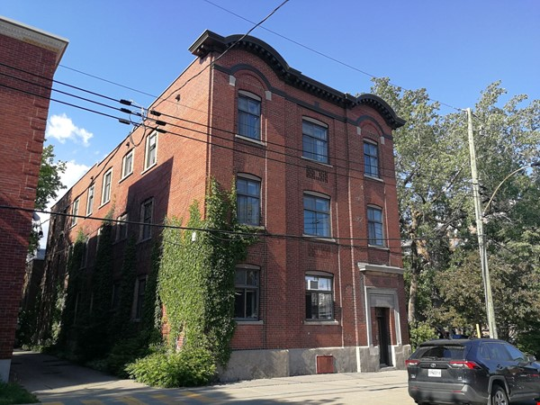 Cozy 2-bedroom unit in a converted factory in the heart of Montreal Home Rental in Montréal 0 - thumbnail
