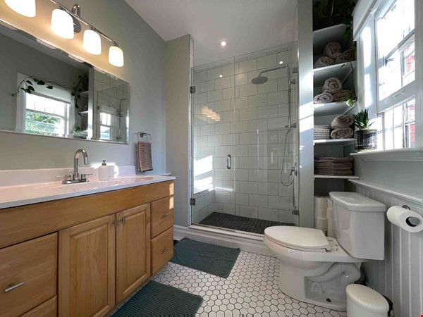Bright. Spacious. Quiet 3bdrm. Steps to Queen West Home Rental in Toronto 9 - thumbnail