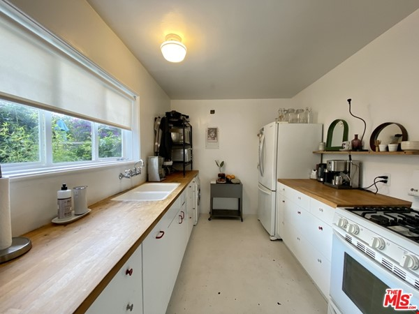 Light-filled 2BR townhouse with large patio in urban oasis in Los Angeles Home Rental in Los Angeles 5 - thumbnail