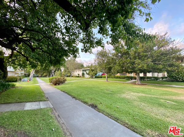 Light-filled 2BR townhouse with large patio in urban oasis in Los Angeles Home Rental in Los Angeles 9 - thumbnail