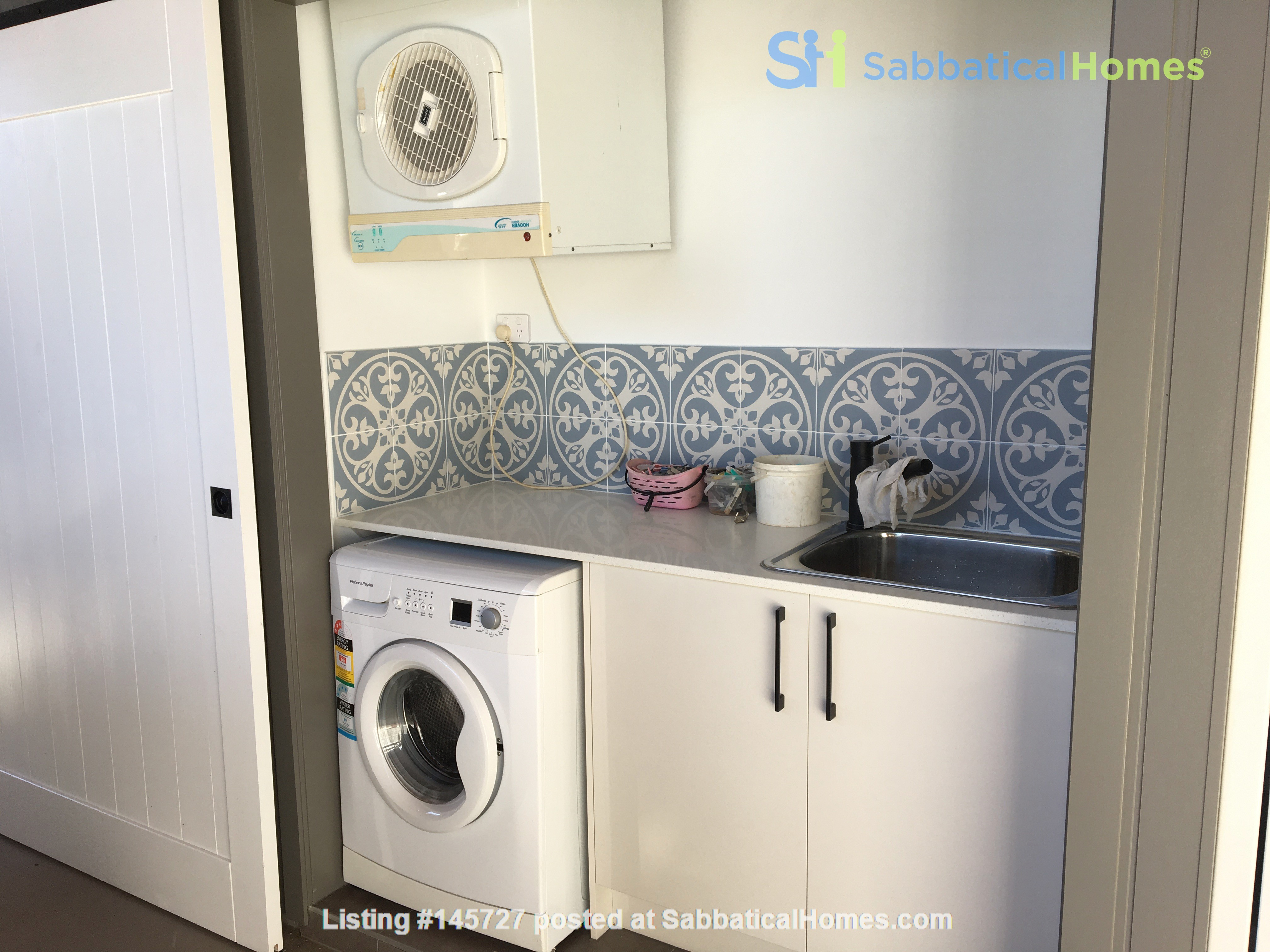 Contemporary self-contained newly built space, walk to UQ's St Lucia campus Home Rental in Annerley 8