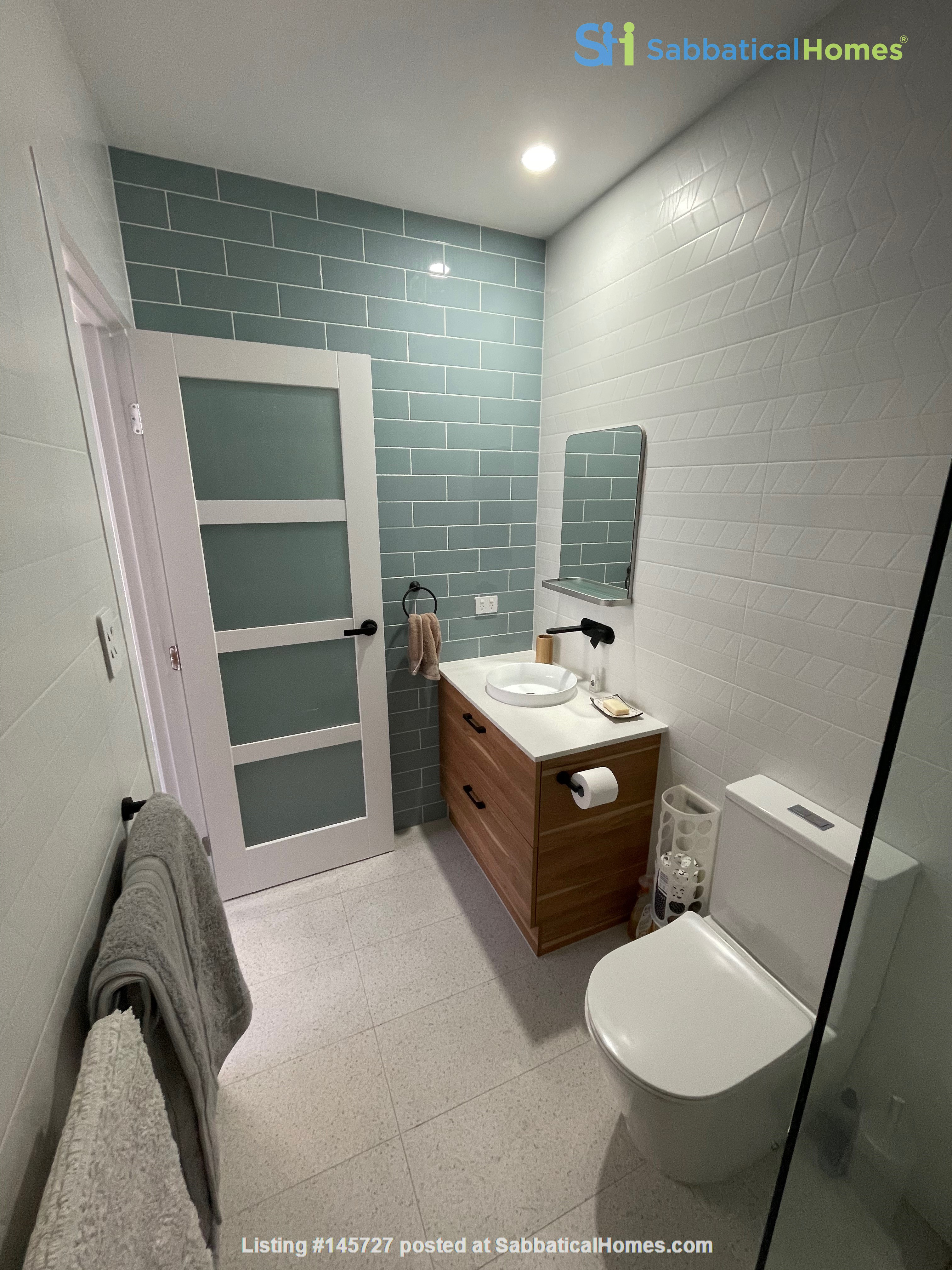 Contemporary self-contained newly built space, walk to UQ's St Lucia campus Home Rental in Annerley 7