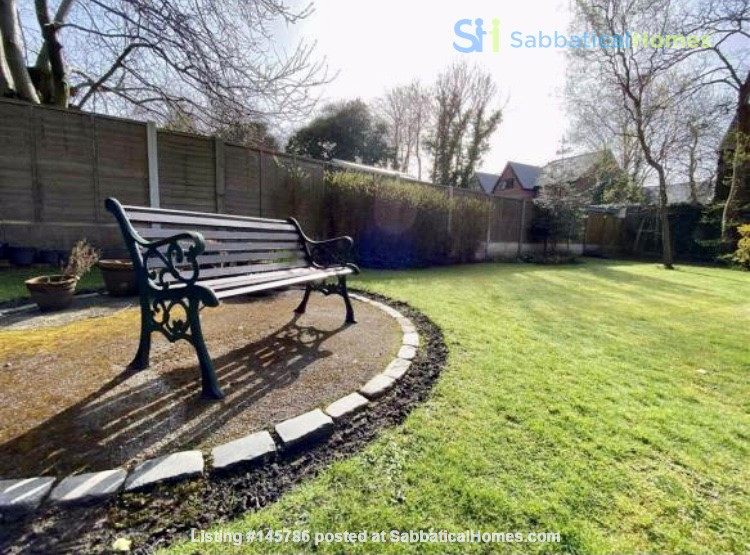 Manchester UK: Spacious, Quiet, Sunlight Filled Flat in Great Neighbourhood Home Rental in  9