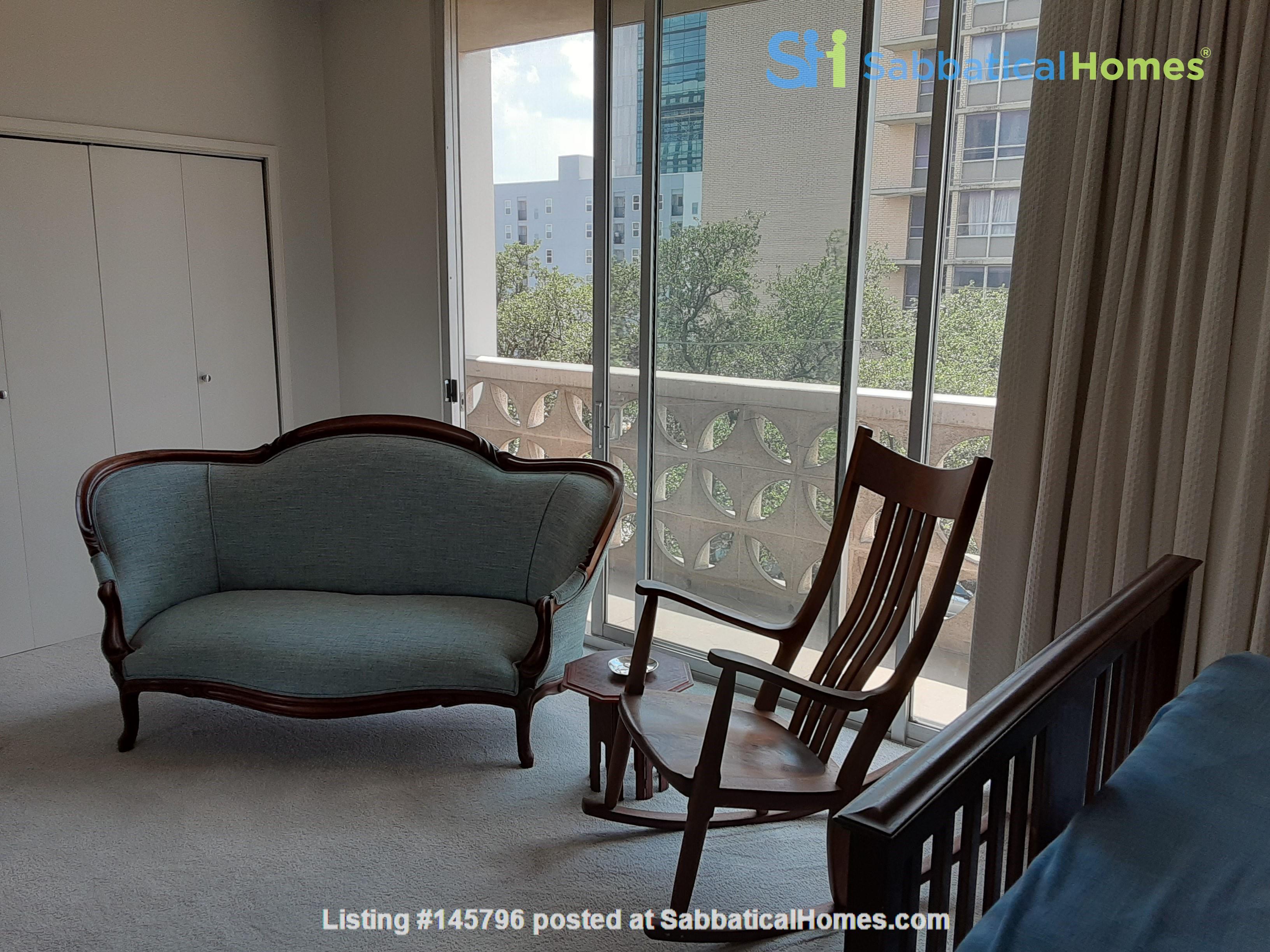 Airy 2-bd, 2-bth condominium facing UT campus. Home Rental in Austin 8