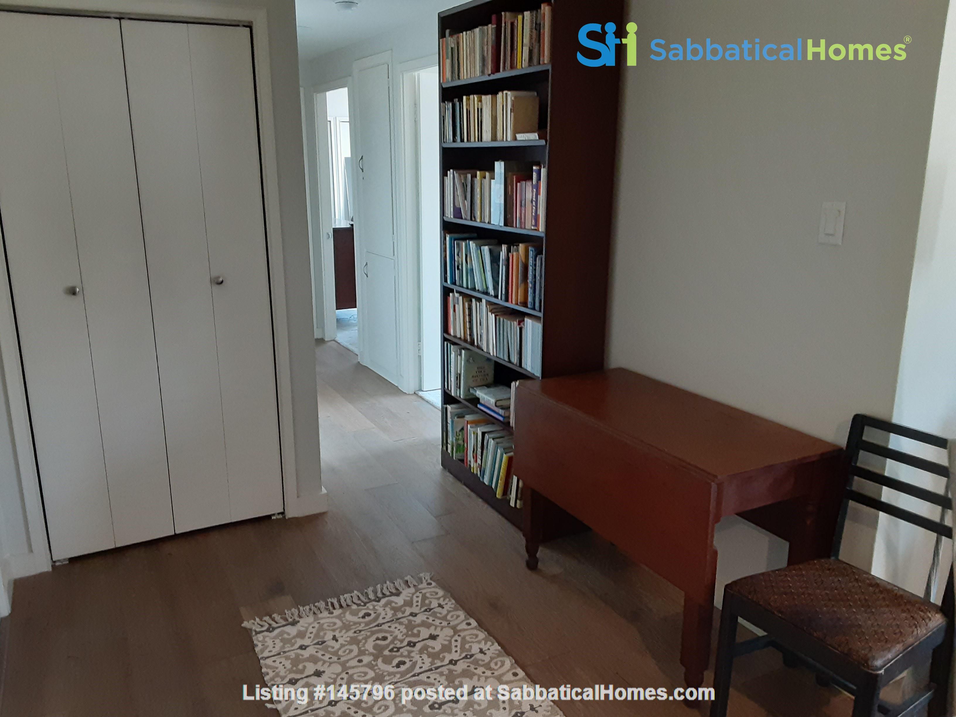 Airy 2-bd, 2-bth condominium facing UT campus. Home Rental in Austin 5