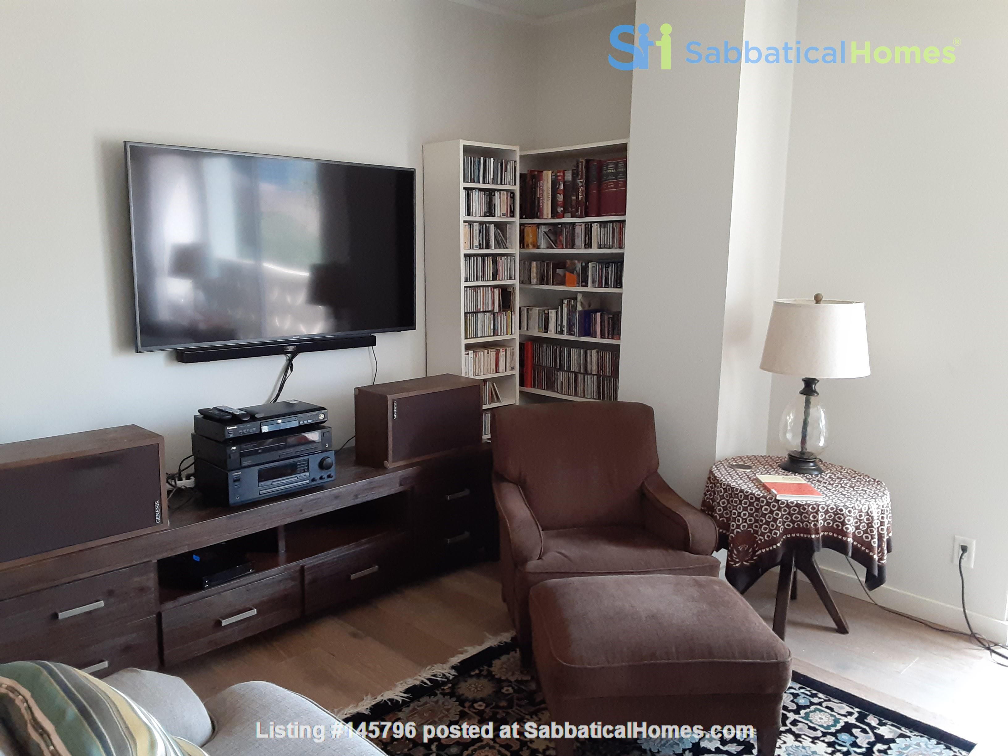 Airy 2-bd, 2-bth condominium facing UT campus. Home Rental in Austin 4