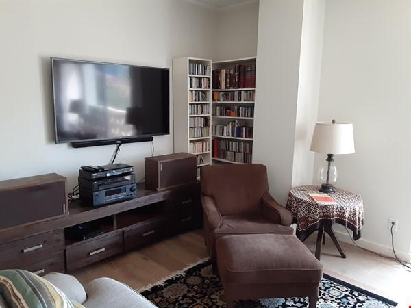 Airy 2-bd, 2-bth condominium facing UT campus. Home Rental in Austin 4 - thumbnail