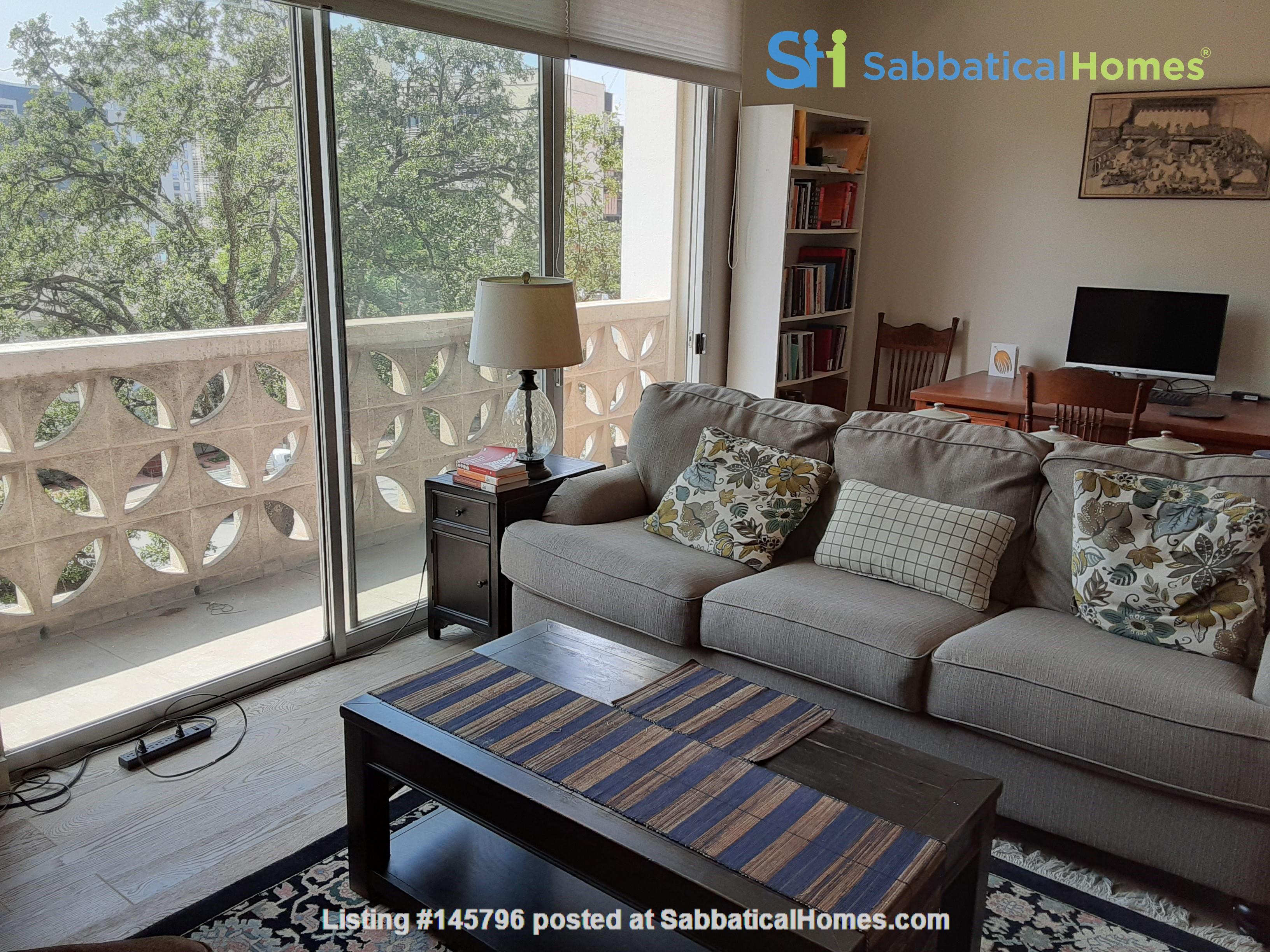 Airy 2-bd, 2-bth condominium facing UT campus. Home Rental in Austin 0