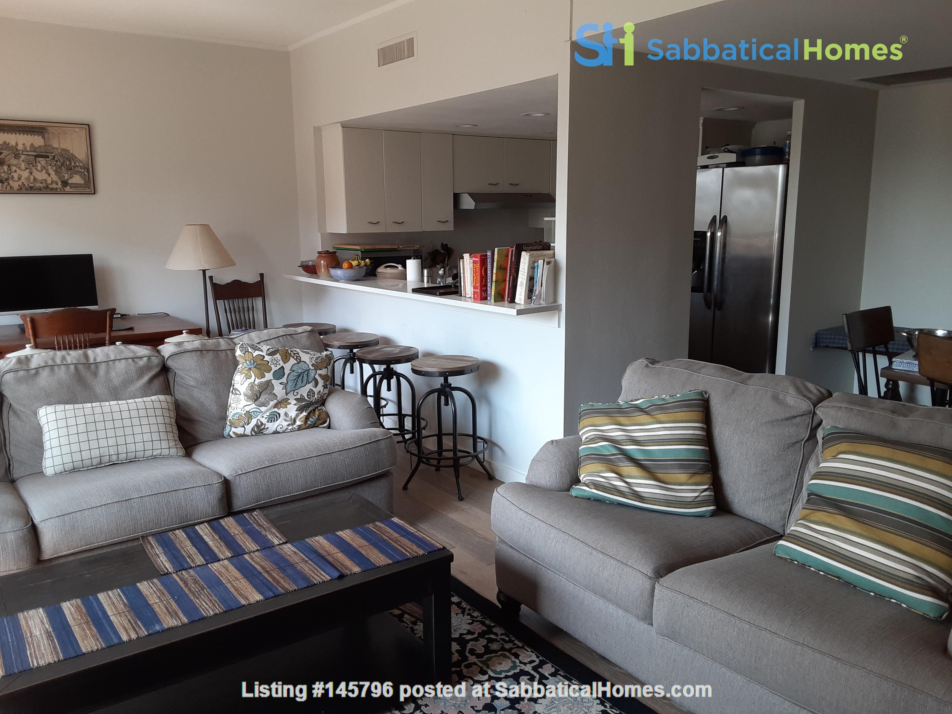 Airy 2-bd, 2-bth condominium facing UT campus. Home Rental in Austin 1