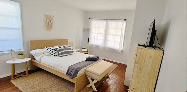 LIGHT AND AIRY NEWLY RENOVATED HOUSE Home Rental in Los Angeles 4 - thumbnail