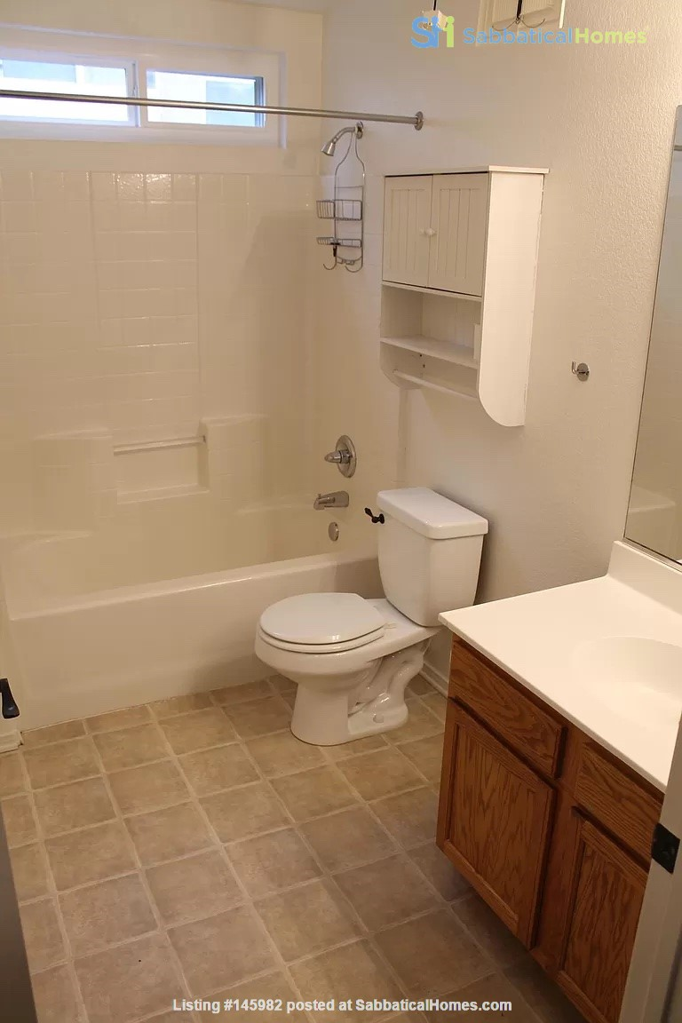 Spacious, Quiet 4 Bedroom Home with Pool & Mountain Views. Pets OK. Home Rental in Los Angeles 8