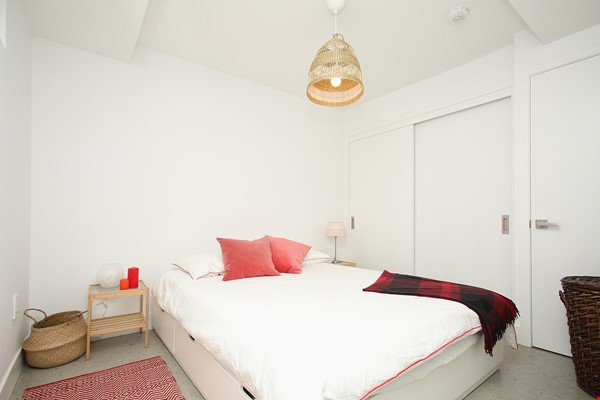 Modern designer space perfect for relaxing and working in! Home Rental in Toronto 8 - thumbnail