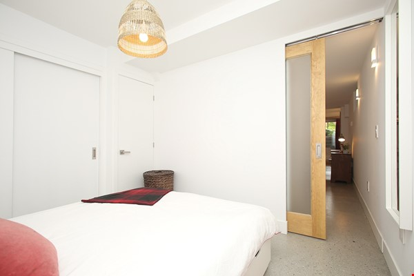 Modern designer space perfect for relaxing and working in! Home Rental in Toronto 9 - thumbnail