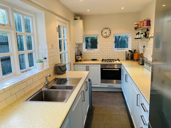 A bright, beautiful house on the cutest square in Kennington! Home Rental in  4 - thumbnail